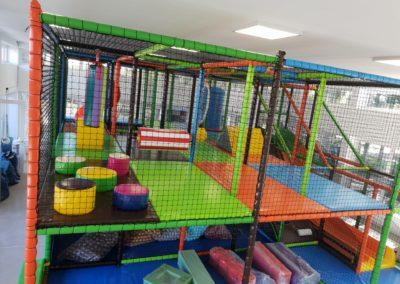 kleurrijke speeltuin met veel spelelementen